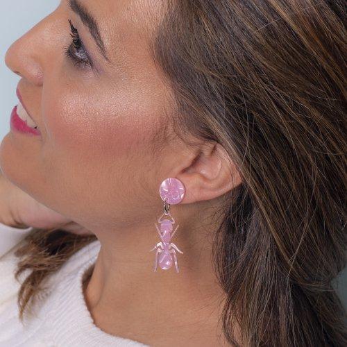 Detalle pendientes hormiga rosa nacarado mini a la venta en anabi.online