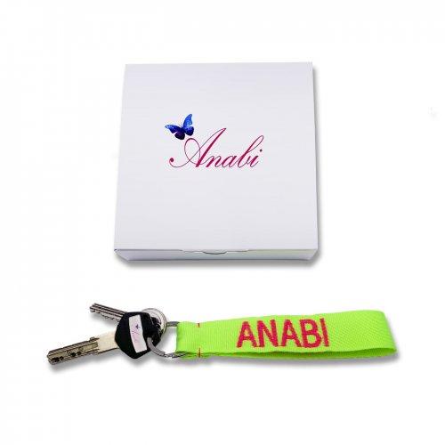 Detalle llavero chica personalizado diseñado por ANABI a la venta en www.anabi.online