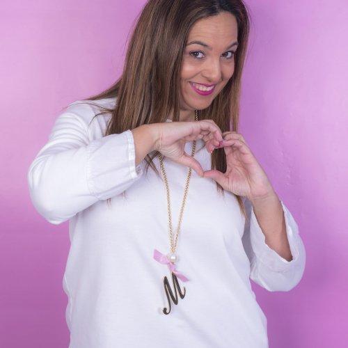 Detalle collar inicial diseñado por ANABI a la venta en www.anabi.online
